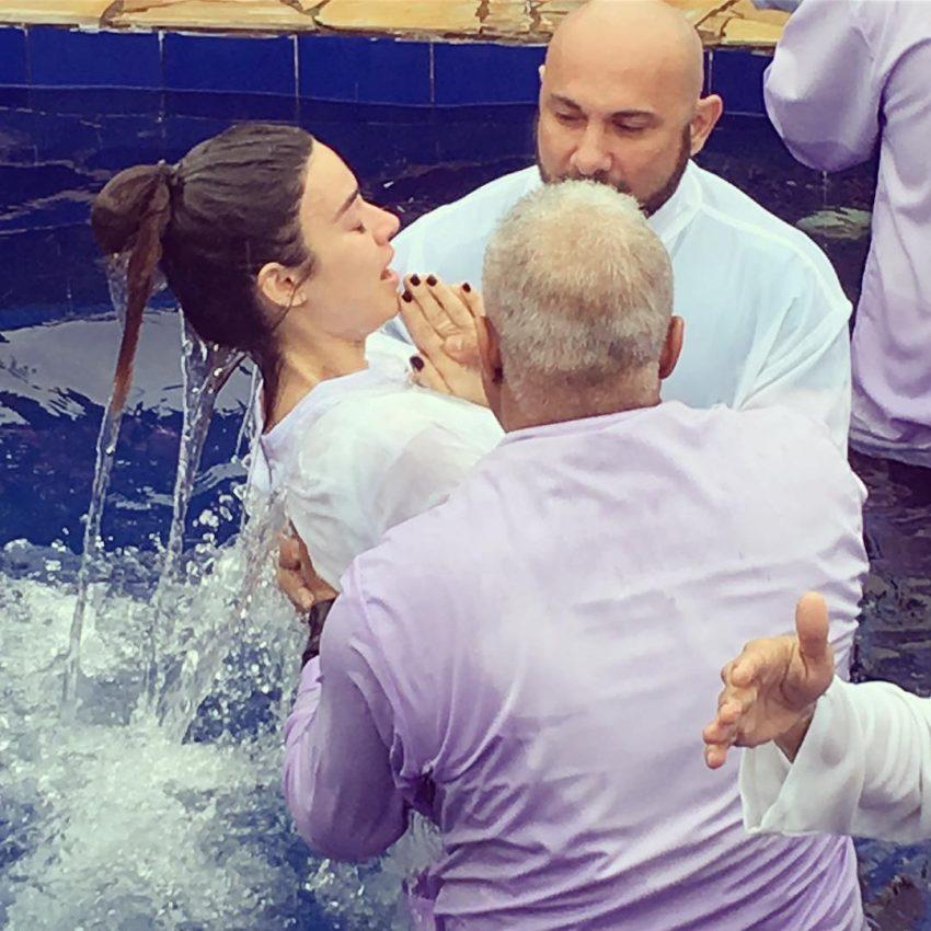 Thaila Ayala é batizada em igreja evangélica